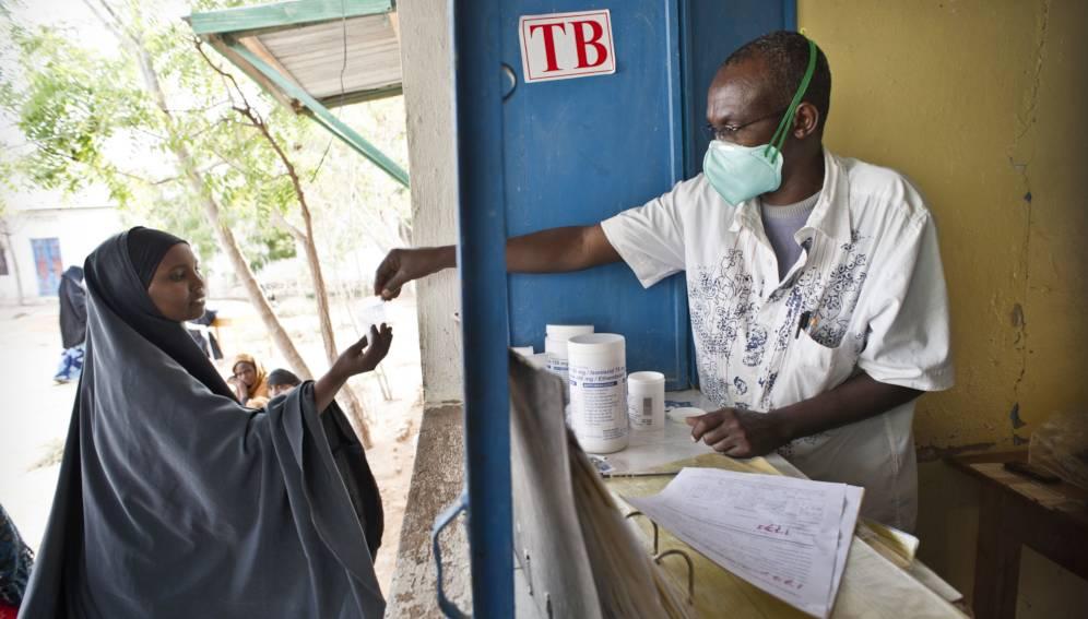 Une patiente vient chercher son médicament contre la tuberculose au dispensaire de l'hôpital. Crédit image: Sven Torfinn/Panos