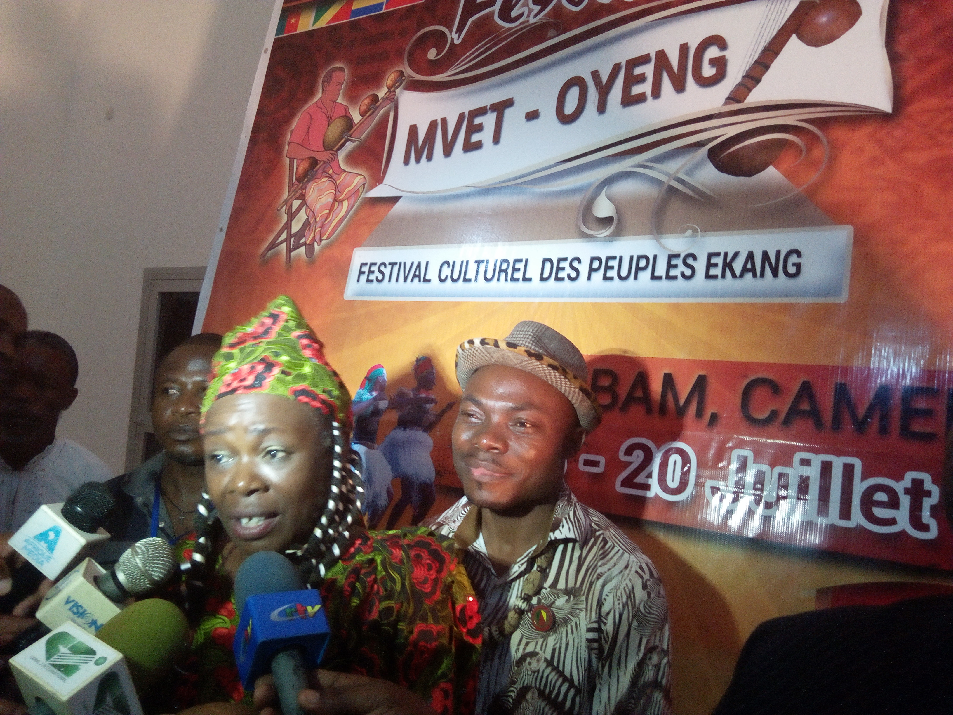 L'artiste Sally Nyolo et le Maire Hyacinthe Mba Mbo