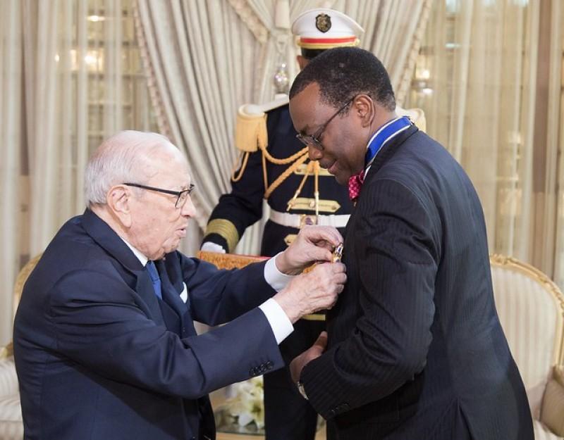 le président Béji Caïd Essebsi décore le président du Groupe de la Banque africaine de développement dans l'Ordre national du mérite