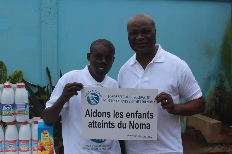 Le jeune centrafricain ITA et l'Ambassadeur Itinérant Albert Roger Milla,le 11 juillet 2019 au siège de Weccare Foundation à Yaoundé