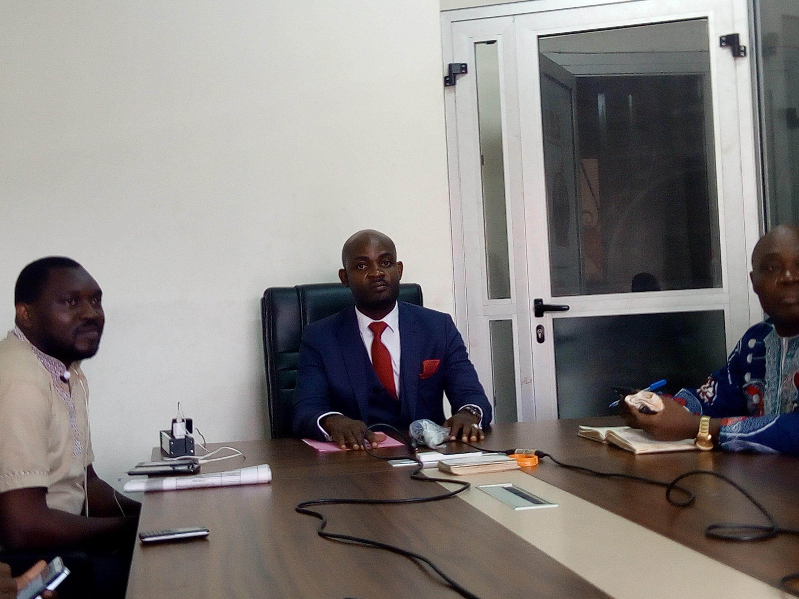 Face aux journalistes,au centre et en cravate rouge:Lilian Maurice Koulou Engoulou,Coordonnateur Général de l'ODS