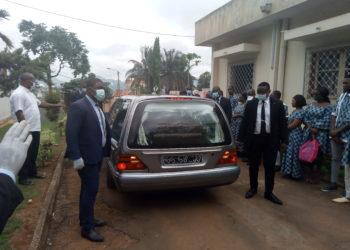Ici,le corbillard,peut lors de l'arrivée du corps de maman Germaine Atsina à la résidence du quartier Omnisports à Yaoundé-Photo:NNE