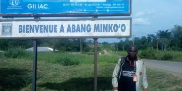 Notre envoyé spécial Nestor Nga Etoga à l'entrée du village Abang-Minko'o,à trois kilomètres de la frontière Cameroun-Gabon