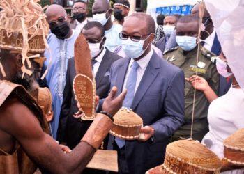 Le ministre Achille Bassilekin III prodiguant des conseilles aux artisans